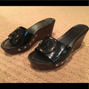 Black stacked Tory Burch wedge w/patent leather